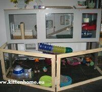 Kraamkamer werpkist breed 75 cm, plexiglas voorzijde open te klappen: front lijkt op een kittenpaneel met plexiglas. De houten rand is net zo breed.